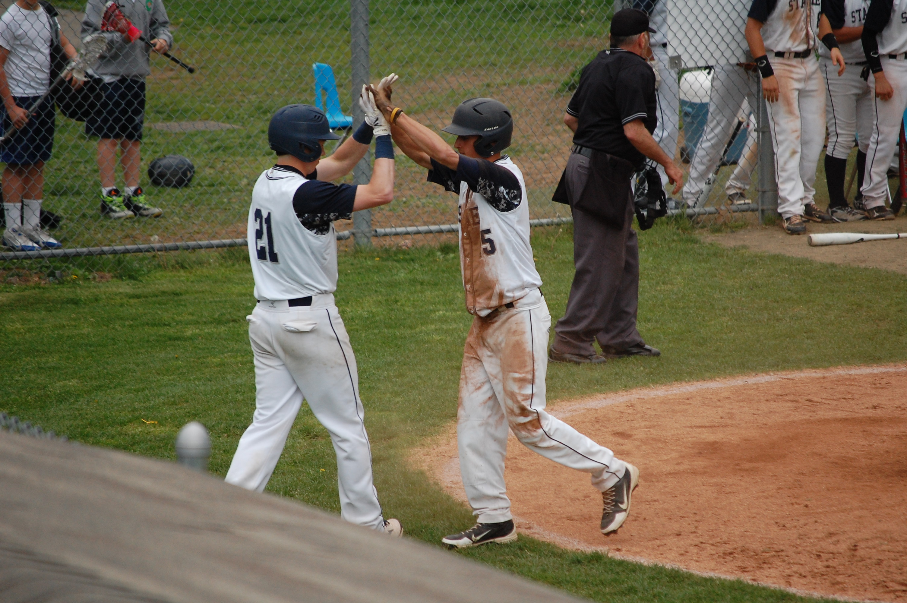 Andy Floyd scores tying run in the 6th !
